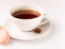 Белые withmacarons чашки чаю Стоковые Фото