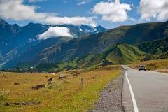 Белый автомобиль на дороге в горах Стоковое Изображение