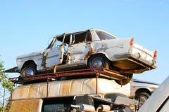 Белый автомобиль покинутый в сдавать Стоковые Изображения RF