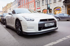 Белый автомобиль R35 Nissan GT-r наградной стоковые фото