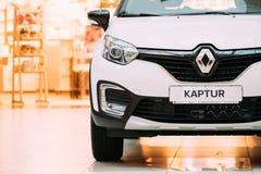 Белый автомобиль Renault Kaptur цвета кроссовер малолитражного автомобиля в Hall стоковые фотографии rf