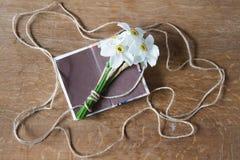 Белый букет daffodils на деревянной предпосылке Цветки Narcissus Стоковые Изображения RF