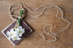 Белый букет daffodils на деревянной предпосылке Цветки Narcissus Стоковое Фото