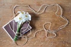 Белый букет daffodils на деревянной предпосылке Цветки Narcissus Стоковое Изображение