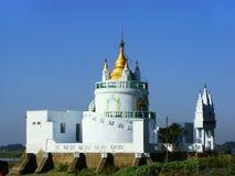 Белый буддийский висок, Amarapura, Мьянма Стоковое Изображение RF