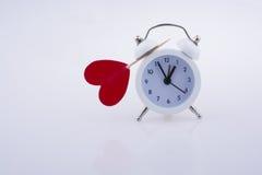 Белый будильник цвета и красная форма сердца Стоковое Изображение