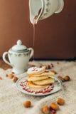Белый блинчик с шоколадом и гранатовым деревом Стоковые Изображения RF