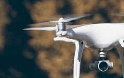Белый вертолет квада трутня с парком лета Стоковая Фотография