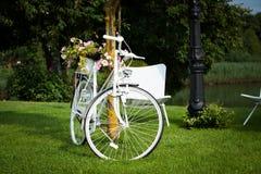 Белый винтажный велосипед стоковая фотография rf