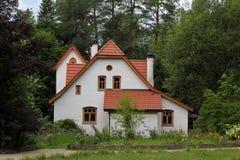 Белый винтажный дом в деревьях Стоковое Изображение RF