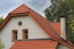 Белый винтажный дом в деревьях Стоковые Изображения RF