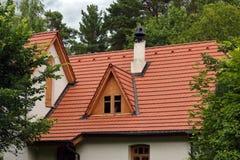 Белый винтажный дом в деревьях Стоковая Фотография RF