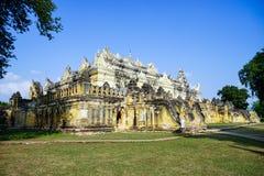 Белый висок в Мандалае, Мьянме Стоковые Фотографии RF