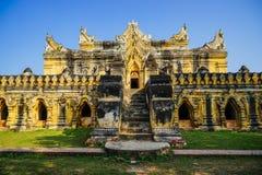 Белый висок в Мандалае, Мьянме Стоковое фото RF