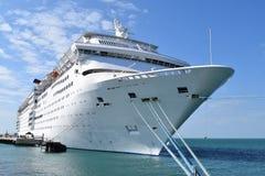 Белый вкладыш круиза на анкере в гавани Стоковое фото RF