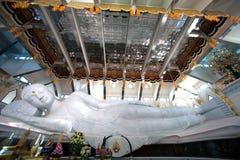 Белый возлежа Будда в PA Phu Kon Wat, северовосточном Таиланда Стоковые Изображения