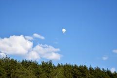 Белый воздушный шар в голубом небе Стоковое Фото