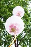 Белый воздушный шар гелия над деревом Стоковые Изображения