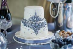 Белый двухярусный свадебный пирог стоковые фотографии rf