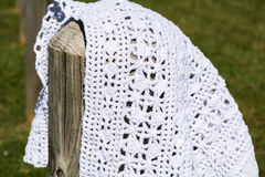 Белый вязать крючком на деревянном поляке Стоковые Фото