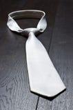 Белый галстук на деревянном поле стоковое фото rf