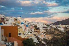 Белый город на наклоне холма на заходе солнца, Oia, Santorini, Greec Стоковая Фотография RF