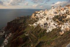 Белый город на наклоне холма на заходе солнца, Oia, Santorini, Greec Стоковое Изображение RF