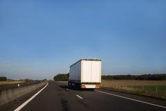 Белый грузовик на открытой дороге стоковое изображение rf