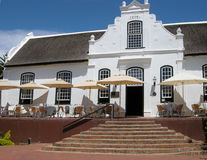 Белый Дом в колониальном стиле на ферме вина, Stellenbosch, Южной Африке стоковое фото