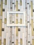 Белый деревянный вид картинной рамки на деревянной стене Стоковые Изображения