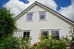 Белый деревянный дом стоковая фотография