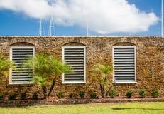 Белый деревянный предкрылок Windows в старой каменной стене Стоковое Фото