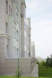 Белый жилой дом мульти-этажа Стоковая Фотография