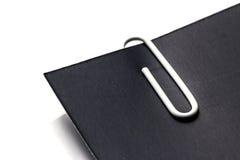 Белый зажим с черной бумагой Стоковое Фото