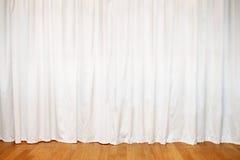 Белый занавес на окнах и деревянном поле Стоковая Фотография RF