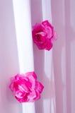 Белый занавес с 2 искусственными розами Стоковое Фото