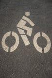 Белый знак велосипеда на дороге Стоковые Изображения