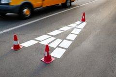 Белый знак на дороге Стоковое Фото