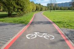 Белый знак пути велосипеда на дороге асфальта Стоковая Фотография