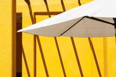 Белый зонтик, желтая предпосылка Стоковая Фотография