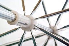 Белый зонтик на внутренней стороне Стоковое Изображение RF