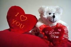 Белый игрушечный с красными сердцами Стоковое Изображение