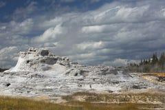 Белый известняк гейзера замка с темносиним небом, Йеллоустоном, Вайомингом Стоковые Изображения RF