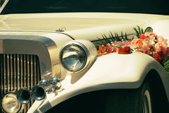 Белый лимузин свадьбы украшенный с цветками Стоковое Изображение