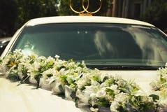 Белый лимузин свадьбы украшенный с цветками Стоковые Фото