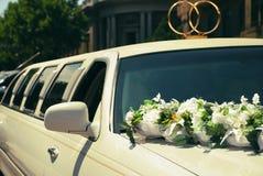 Белый лимузин свадьбы украшенный с цветками Стоковые Изображения RF