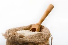 Белый длинный рис в мешочке из ткани с деревянной ложкой Стоковая Фотография