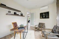 Белый интерьер домашнего офиса обеспеченный с кожаными стульями Стоковые Изображения RF