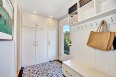 Белый интерьер прихожей Шкаф хранения с вешалками Стоковые Фото