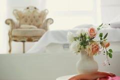 Белый интерьер спальни с ретро креслом стоковое фото rf
